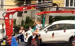 Девушка показала стриптиз на эвакуаторе, чтобы спасти своё авто