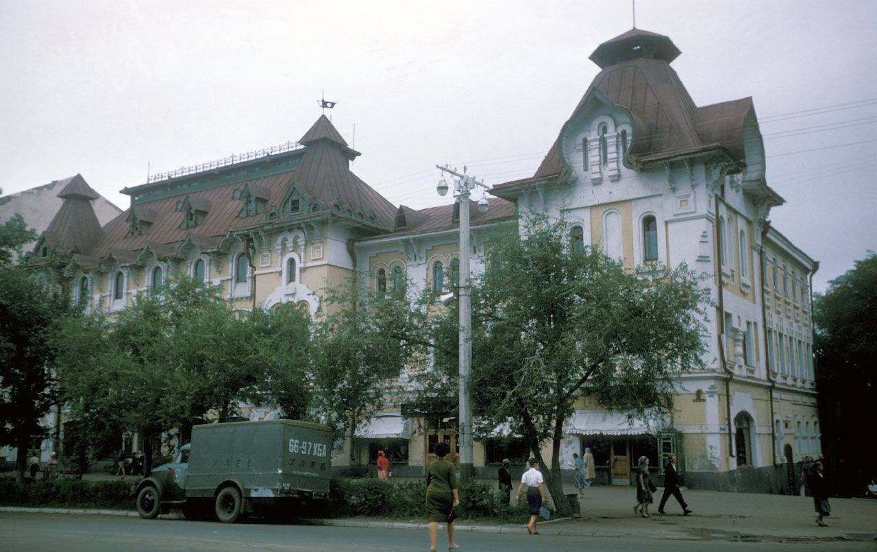 1964 Хабаровск у дворца юных пионеров1.jpg
