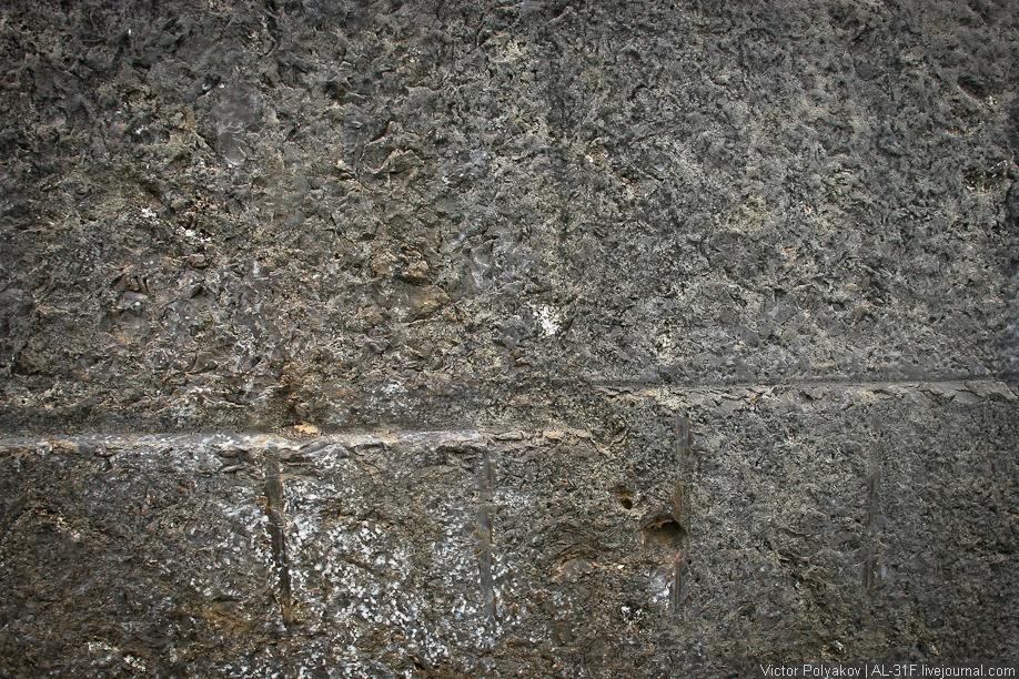 Следы болгарки на камнях в Саксайуаман