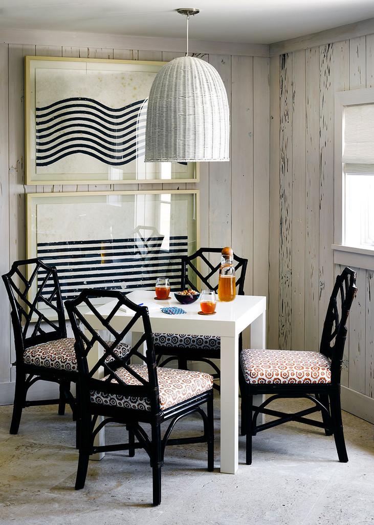 белый обеденный стол, интерьер, 4 стула черного лака, белые стены. белый плетеный абажур