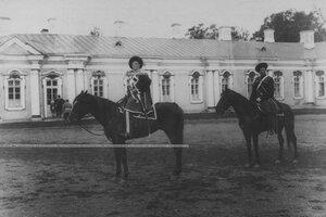 Конвойцы в исторических формах конвоя на лошадях.