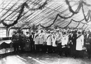 Группа почетных гостей во время посещения Сада в день празднования его 200-летия. Слева направо 1. принц А.П.Ольденбургский; 2. принц П.А.Ольденбургский43. профессор С.Петков; 4. неустановленное лицо; 5. обер-прокуро