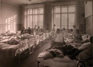 Раненые в палате лазарета,устроенного в Пушкинском городском училище.