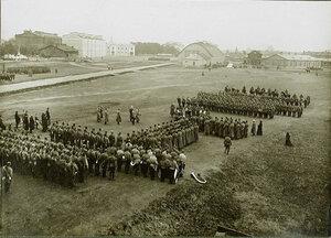 Солдаты и офицеры роты на плацу во время молебна в день отправки на фронт.