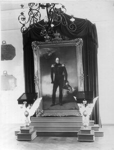 Портрет Александра I работы С.Ершова и памятные доски о посещении лицея членами императорской фамилии.