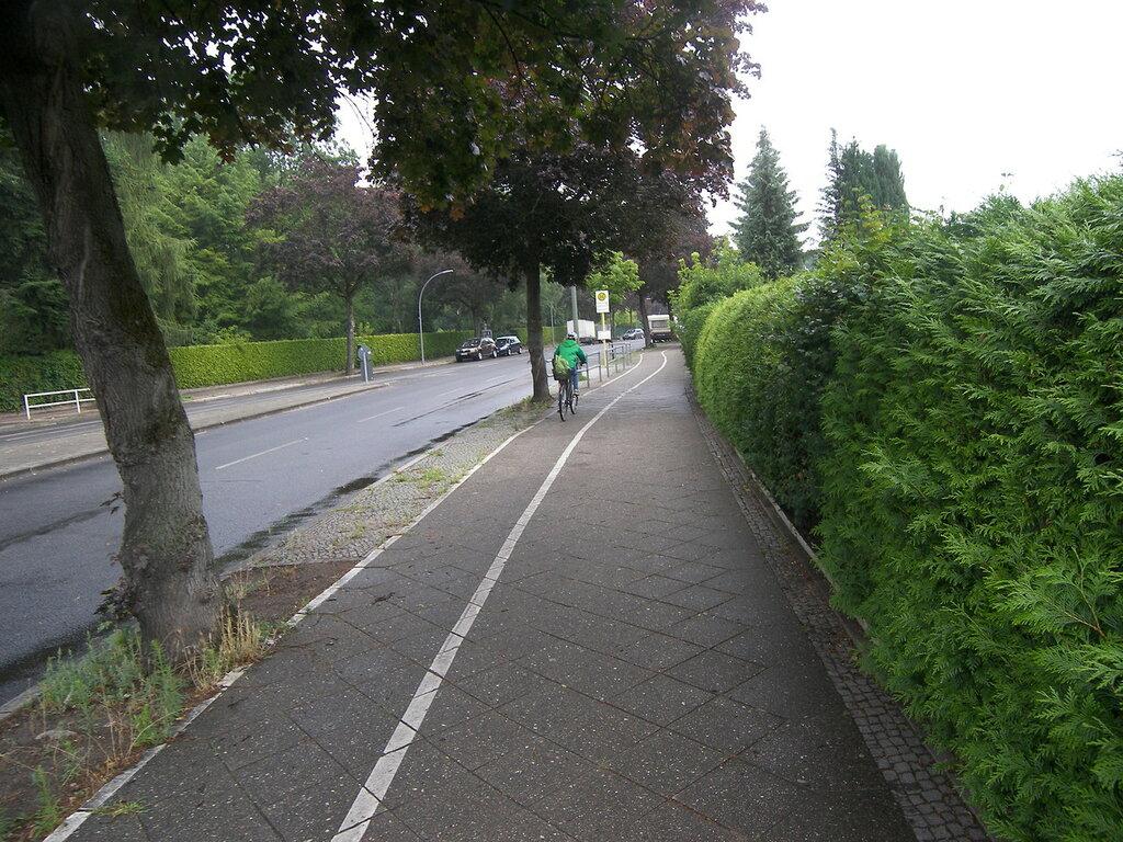 2015-07-07  Berlin / Alt-Tegel = велосипедные дорожки  вдоль тротуаров.