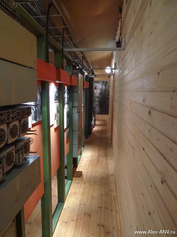 Под потолком проложены кабели - силовые и коммуникационные.