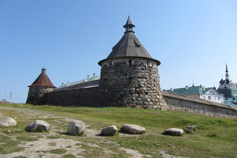 торожевые башни Соловцеого монастыря сложены из тех же валунов, которые в изобилии сюда приволок ледник