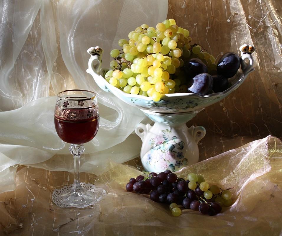 Фрукты и вино