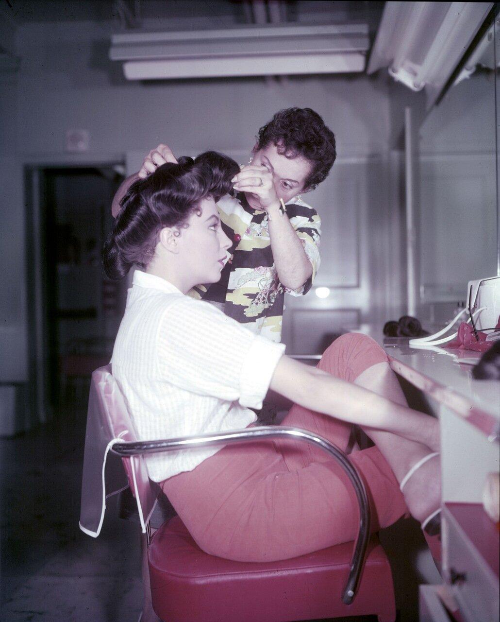 Ava Gardner mit Maskenbildnerin