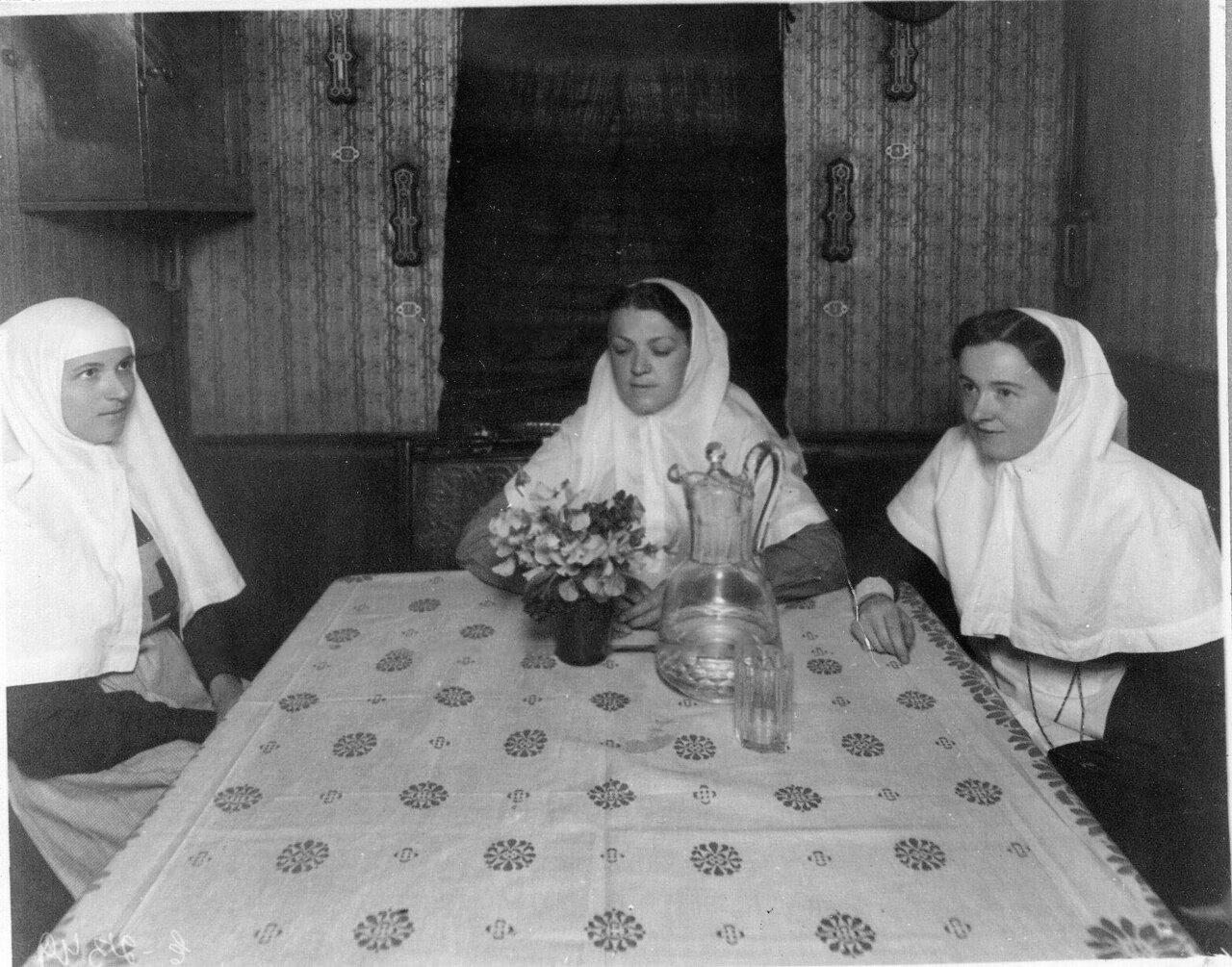 23. Медицинские сестры за столом в столовой