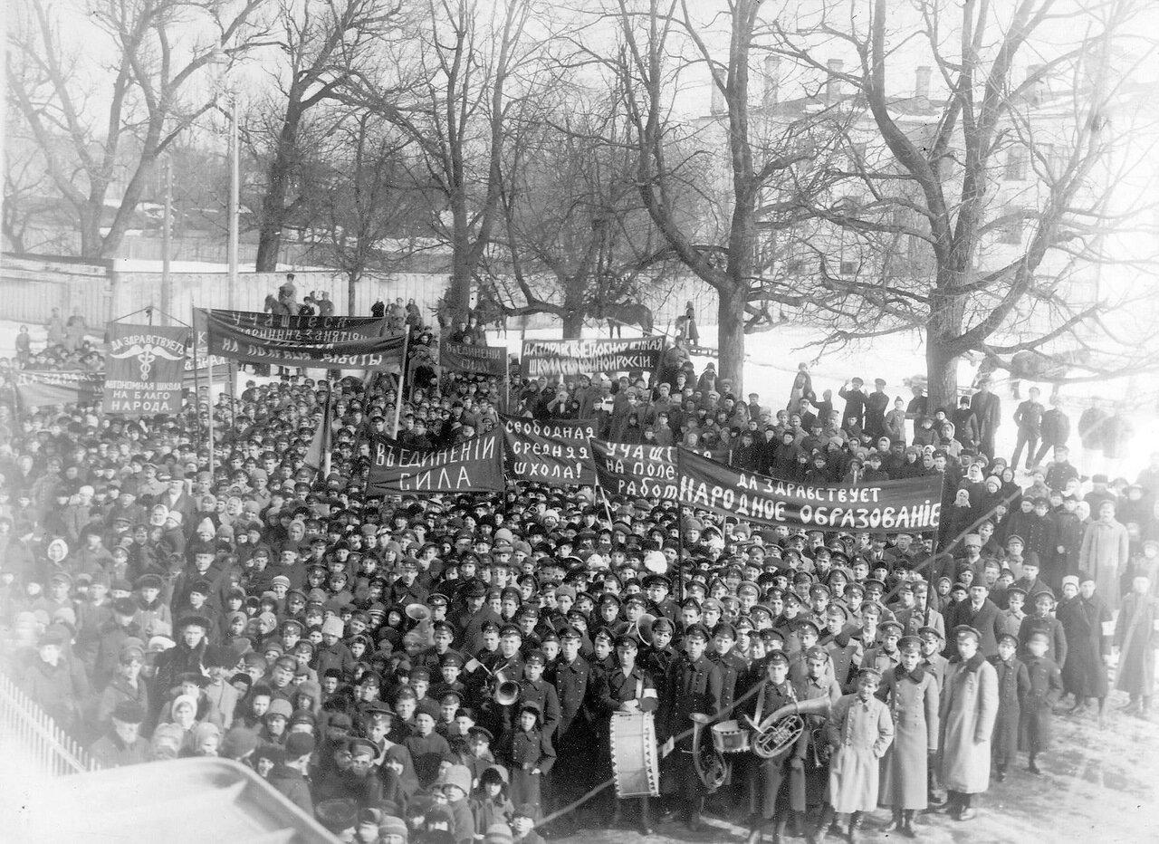 04. Демонстрация учащихся у здания городской ратуши. 24 марта 1917
