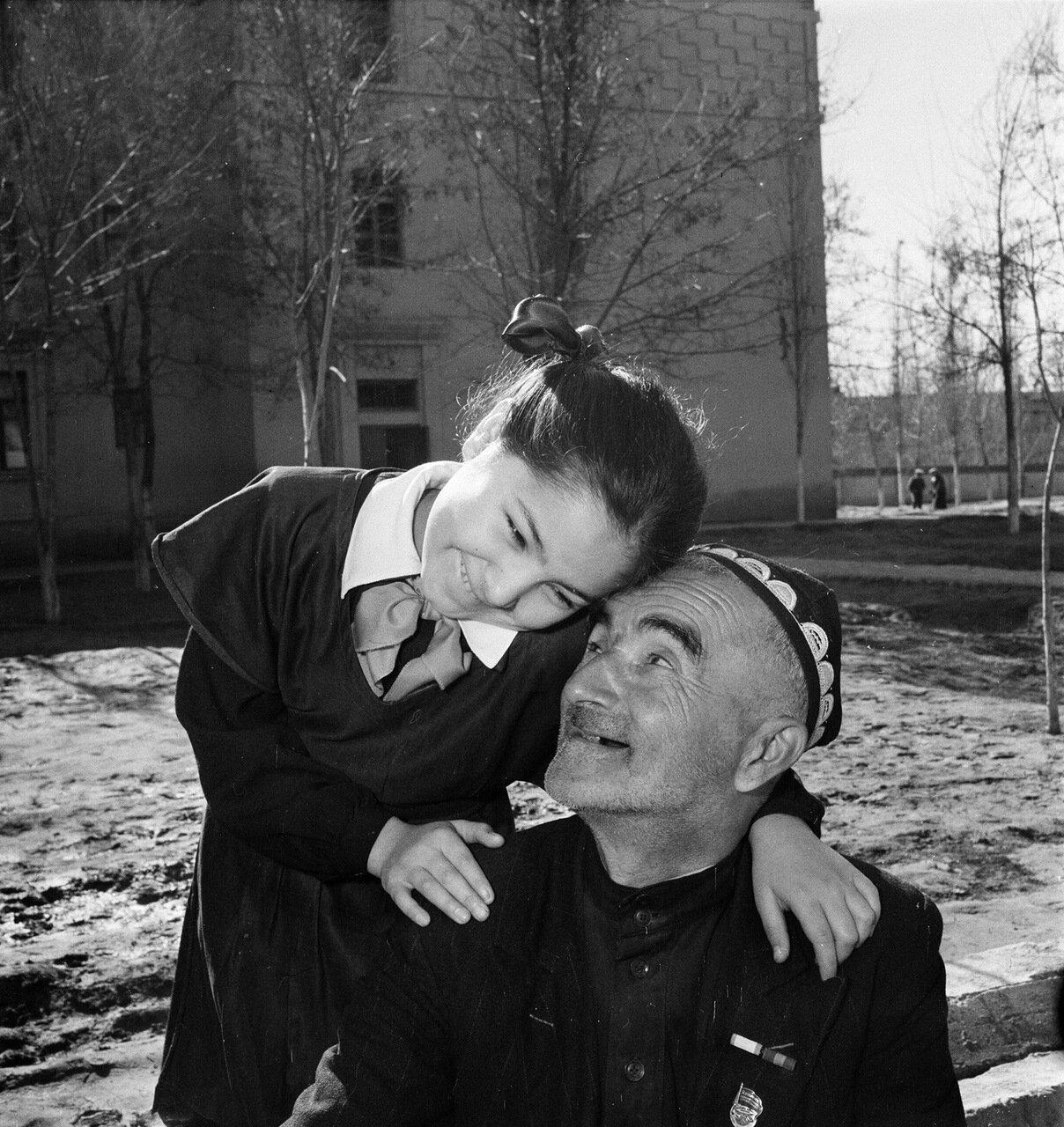 Пулат Бабадзаров, мастер трепального цеха Ташкентского текстильного комбината, с дочкой Мамлакат. 1958