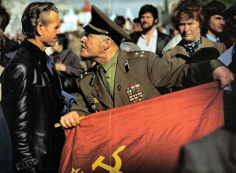 «Предатель!» — кричит отставной полковник одному из демонстрантов, пришедших в 1990 году на Красную площадь
