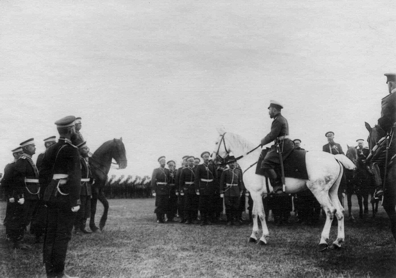 13. Император Николай II на смотре 35-го пехотного Брянского полка перед отправкой его на Дальний Восток. Кременчуг
