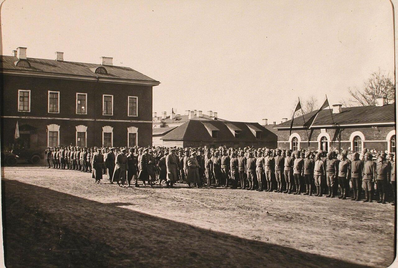 45. Генерал А.Н. Куропаткин и сопровождающие его офицеры обходят строй нижних чинов 7-ой авиароты во время инспектирования армии при формировании XII авиадивизиона.
