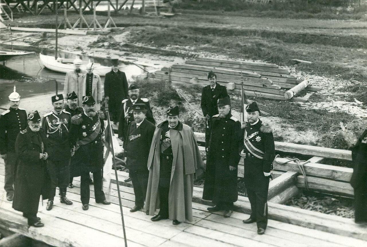 34. Группа военно-морских офицеров в присутствии вице-адмирала А.А.Эбергадта на территории Балтийского завода в день спуска корабля