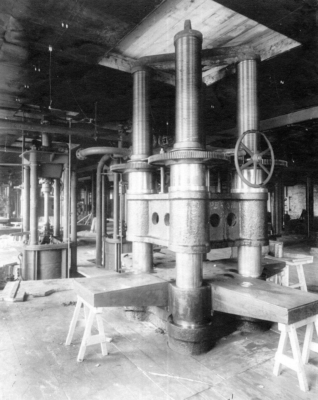 10. Штамповочный пресс в цехе завода. Апрель 1916