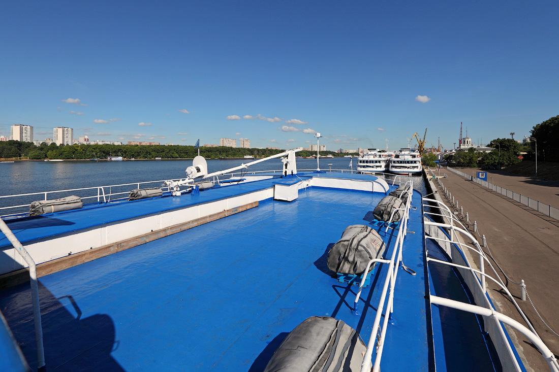 Поднимаемся на самую верхнюю палубу теплохода «Григорий Пирогов». Шлюпочная палуба. Вид с правой части капитанского мостика