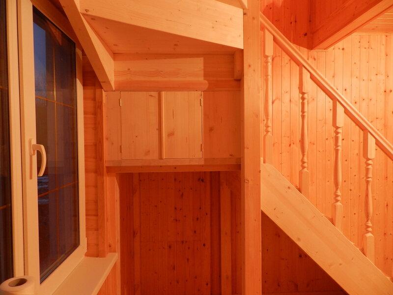 шкафчик под поворотными ступенями.