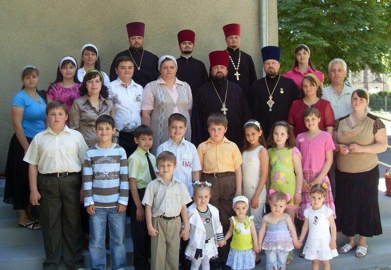 Protoiereul mitrofor Mihail şi preoteasa Lidia Saracuţa cu copii , nepoţiii, ginirii şi nurorile.JPG