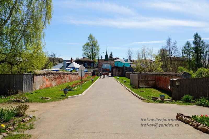 Входные ворота и декоративная стена, Можайский кремль