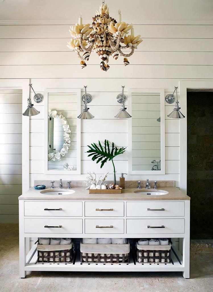 ванна, интерьер, стойка с умывальниками, зеркало, люстра с ракушками, белый цвет