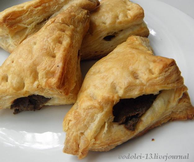 Пирожки с печёночным паштетом из слоёного теста