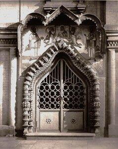 Вид двери с наличником церкви Косьмы и Дамиана. Москва г.