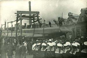 Спуск минного заградителя Ерш со стапелей Балтийского судостроительного и механического завода.