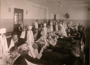Раненые в палате лазарета,устроенного Советом детских приютов в Ермаковском училище.