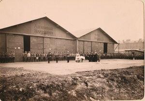 Участники напутственного молебна у ангаров авиационного отряда Гвардейского корпуса.