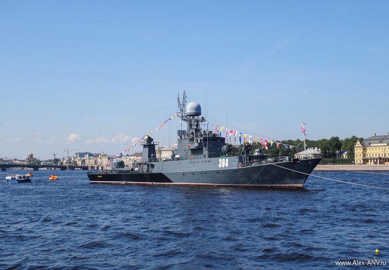 К завтрашнему празднику в Неву пришли два брата-близнеца - малые противолодочные корабли Уренгой (№304) и Казанец (№311).