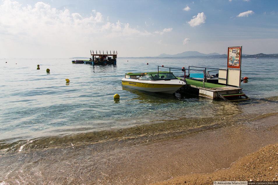 Море и катера в Барбати (Корфу)