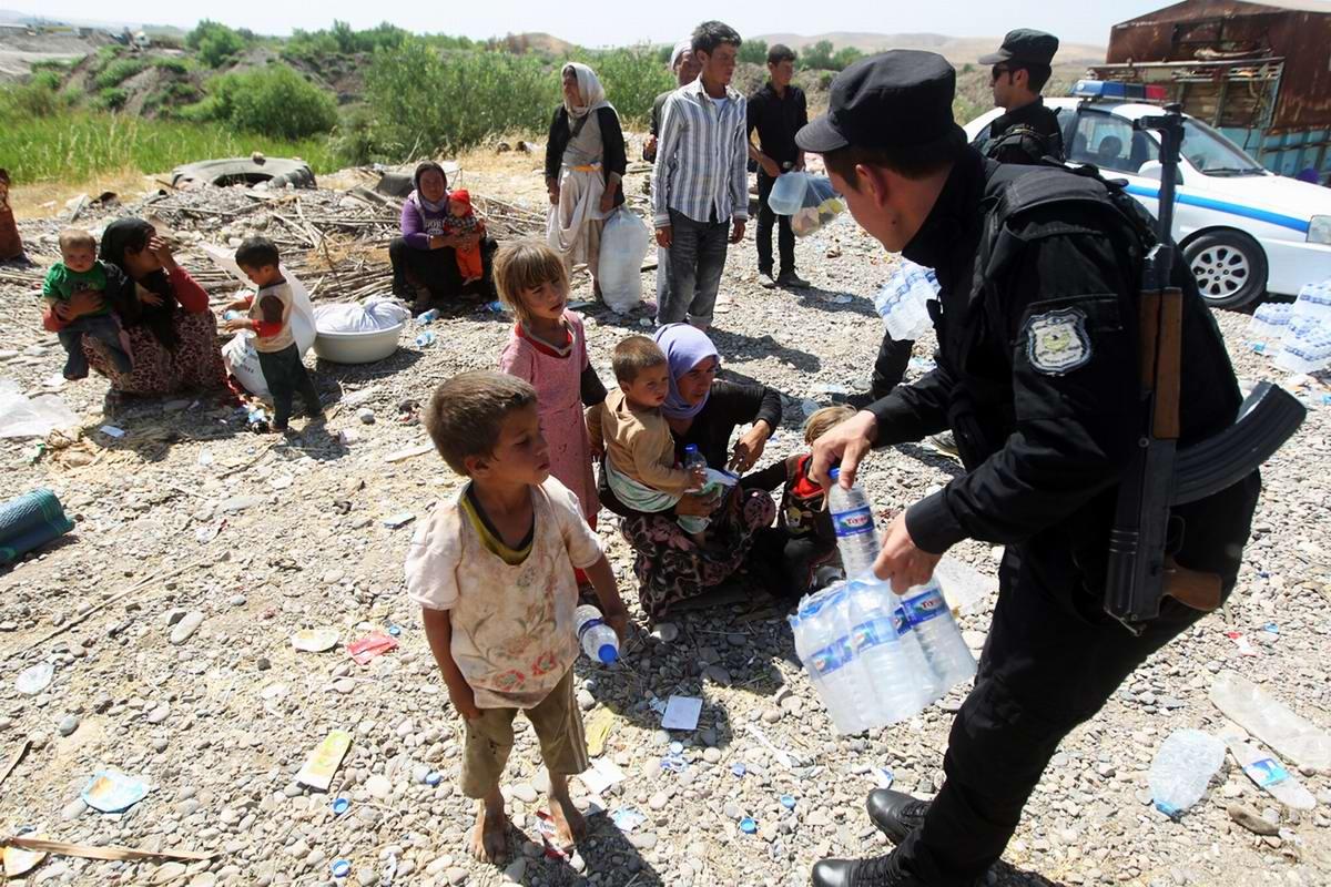 Бойцы курдских вооруженных формирований оказывают беженцам психологическую поддержку и раздают им воду (2)