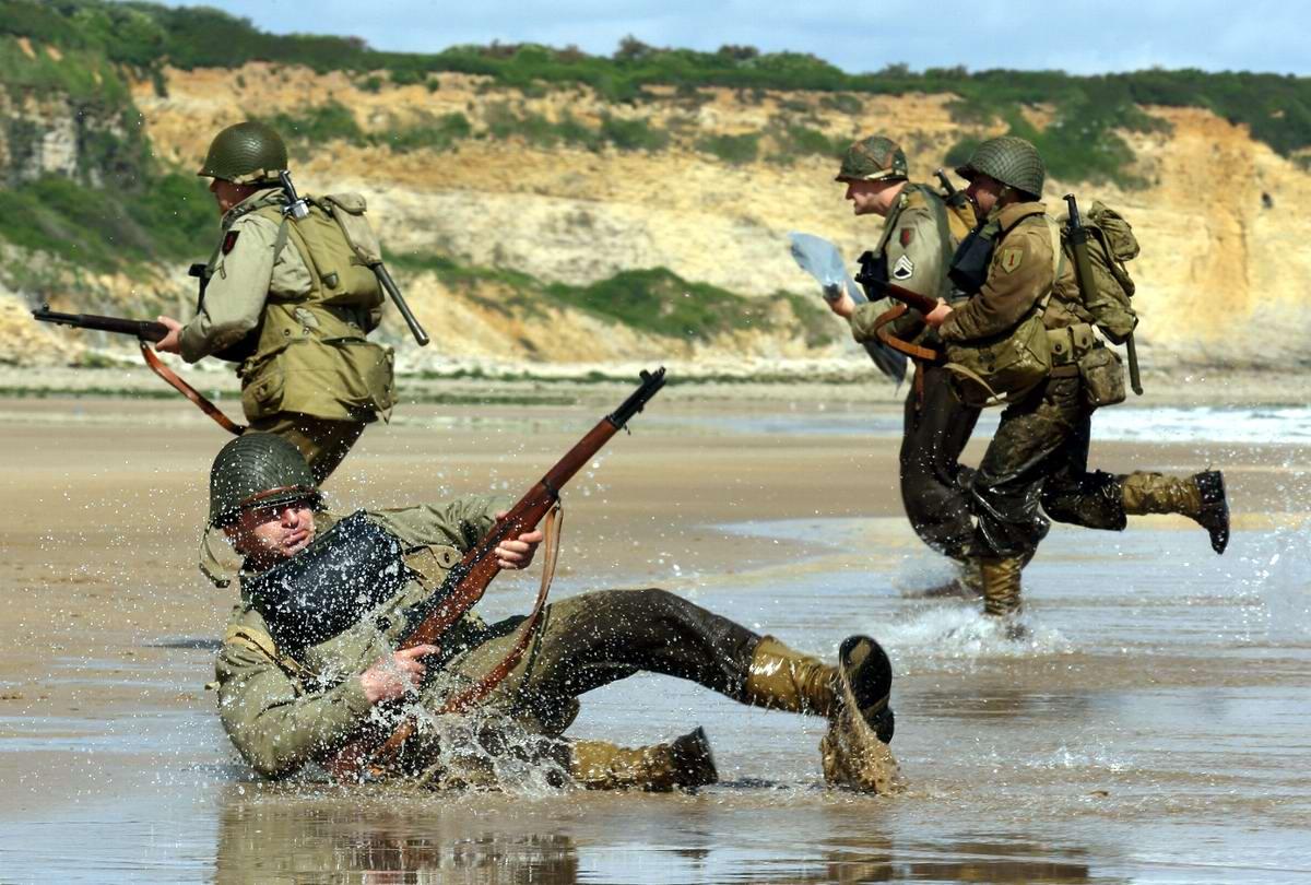 Имитация дня Д в исполнении французских реконструкторов, разыгранная на побережье Нормандии