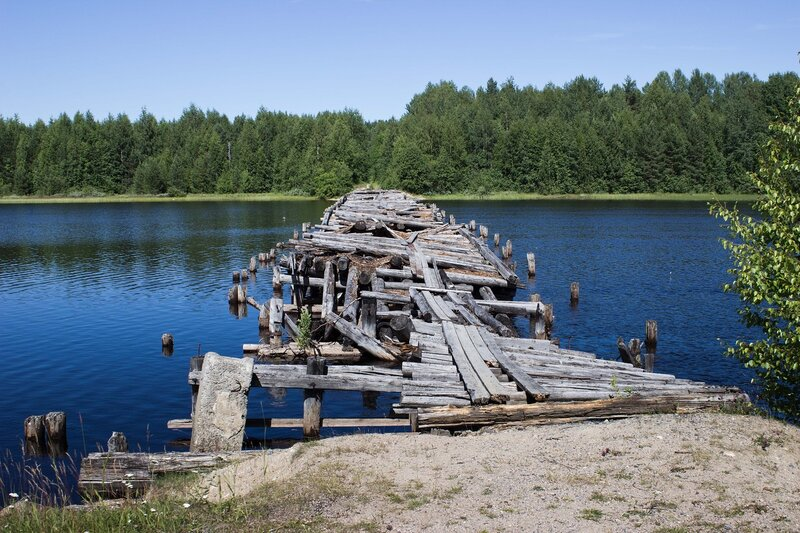 разрушенный мост через реку Суна в Линдозеро