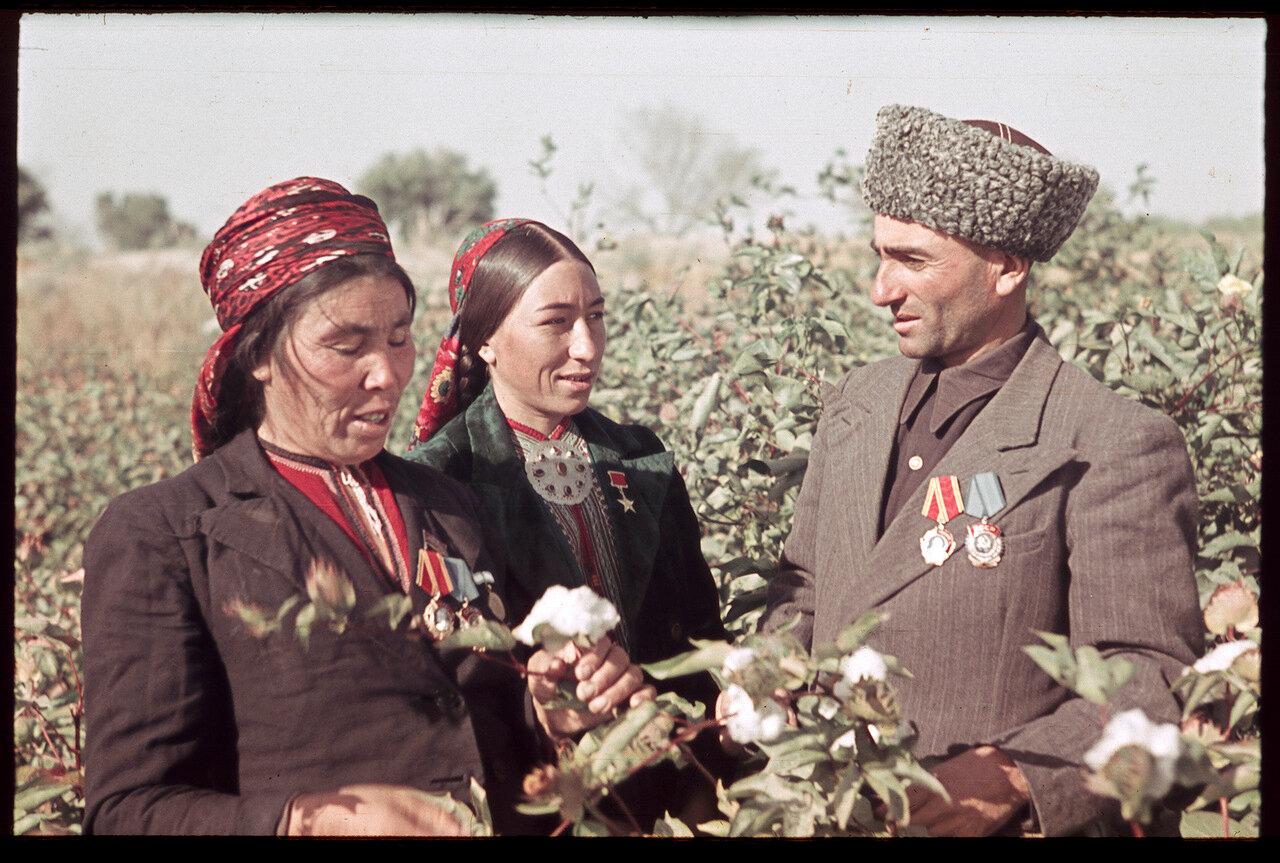Депутат Верховного совета Таджикской ССР, герой соцтруда, председатель колхоза на сборе хлопка