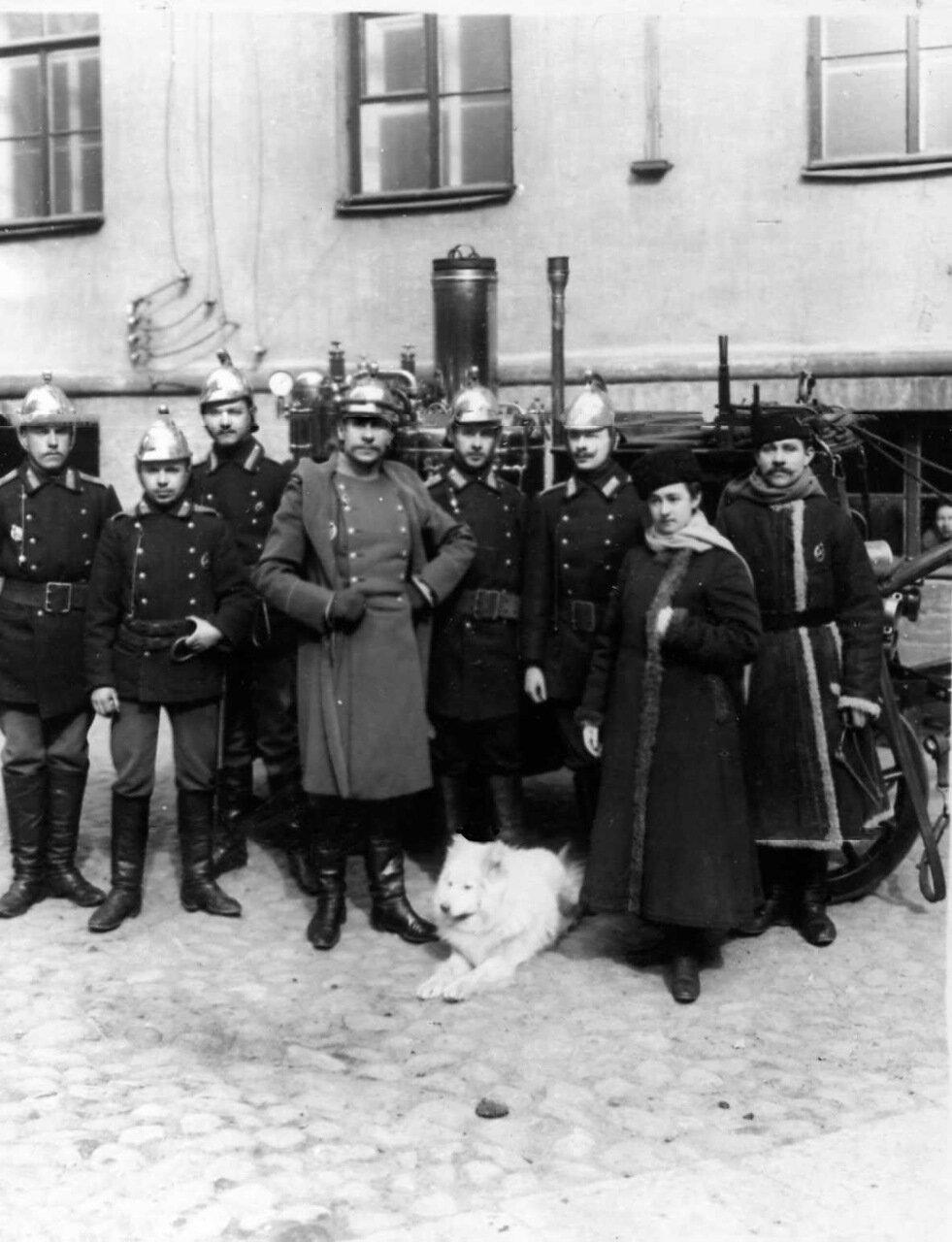 03. Личный состав части у пожарной повозки. В центре стоит брандтмейстер, справа - первая женщина пожарный Ермолова. 1910