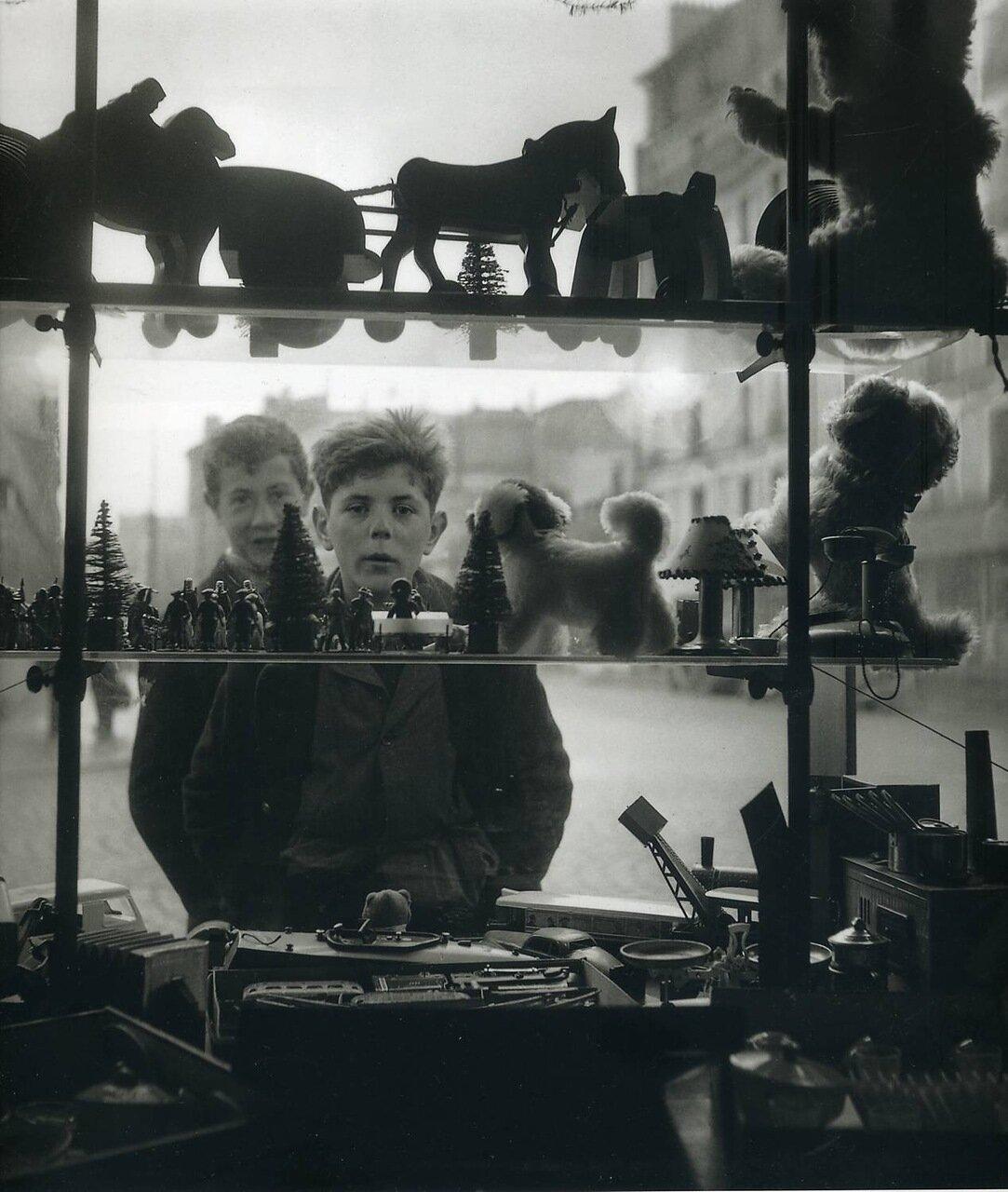1947. У витрины