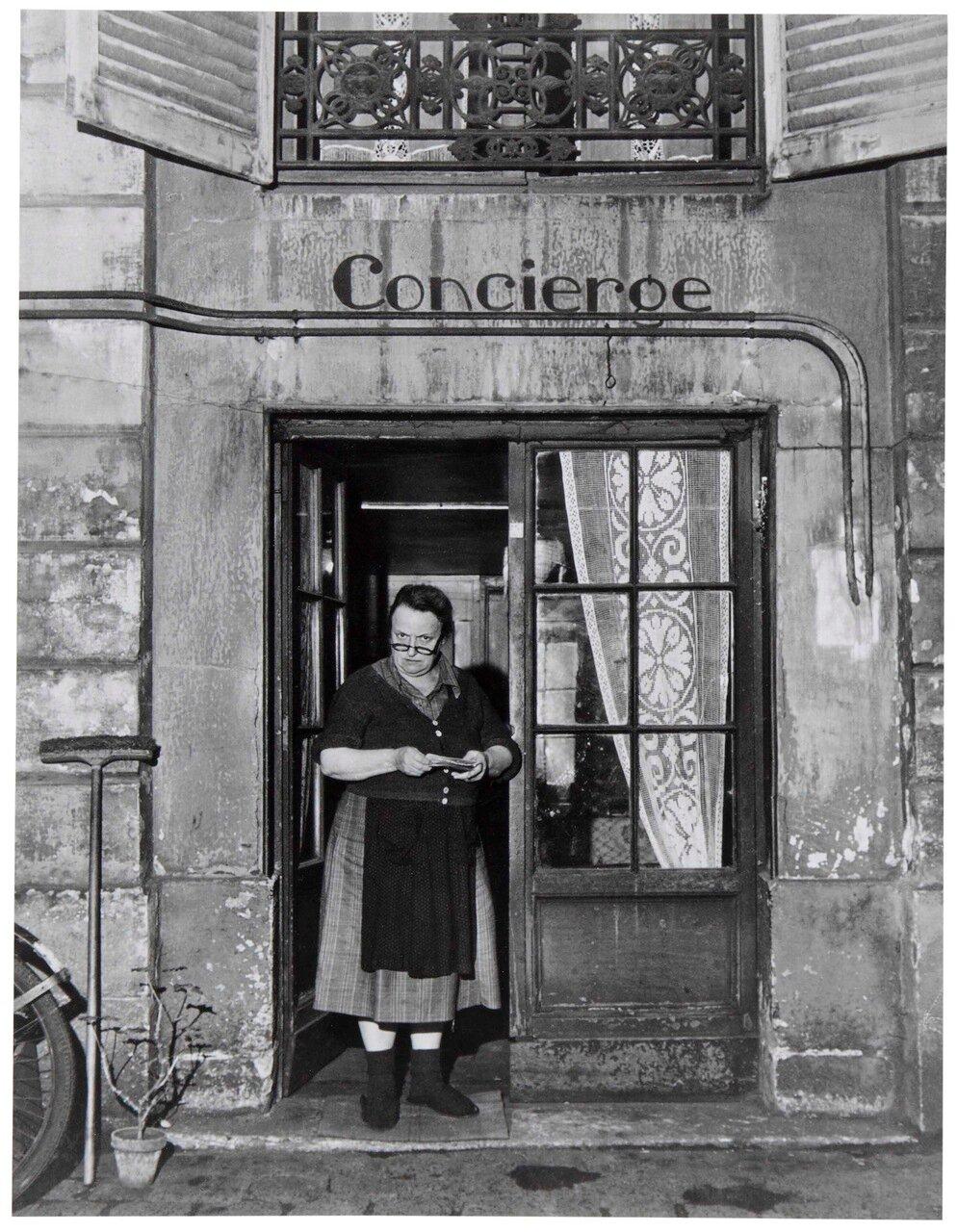 1945. Консьержка в очках