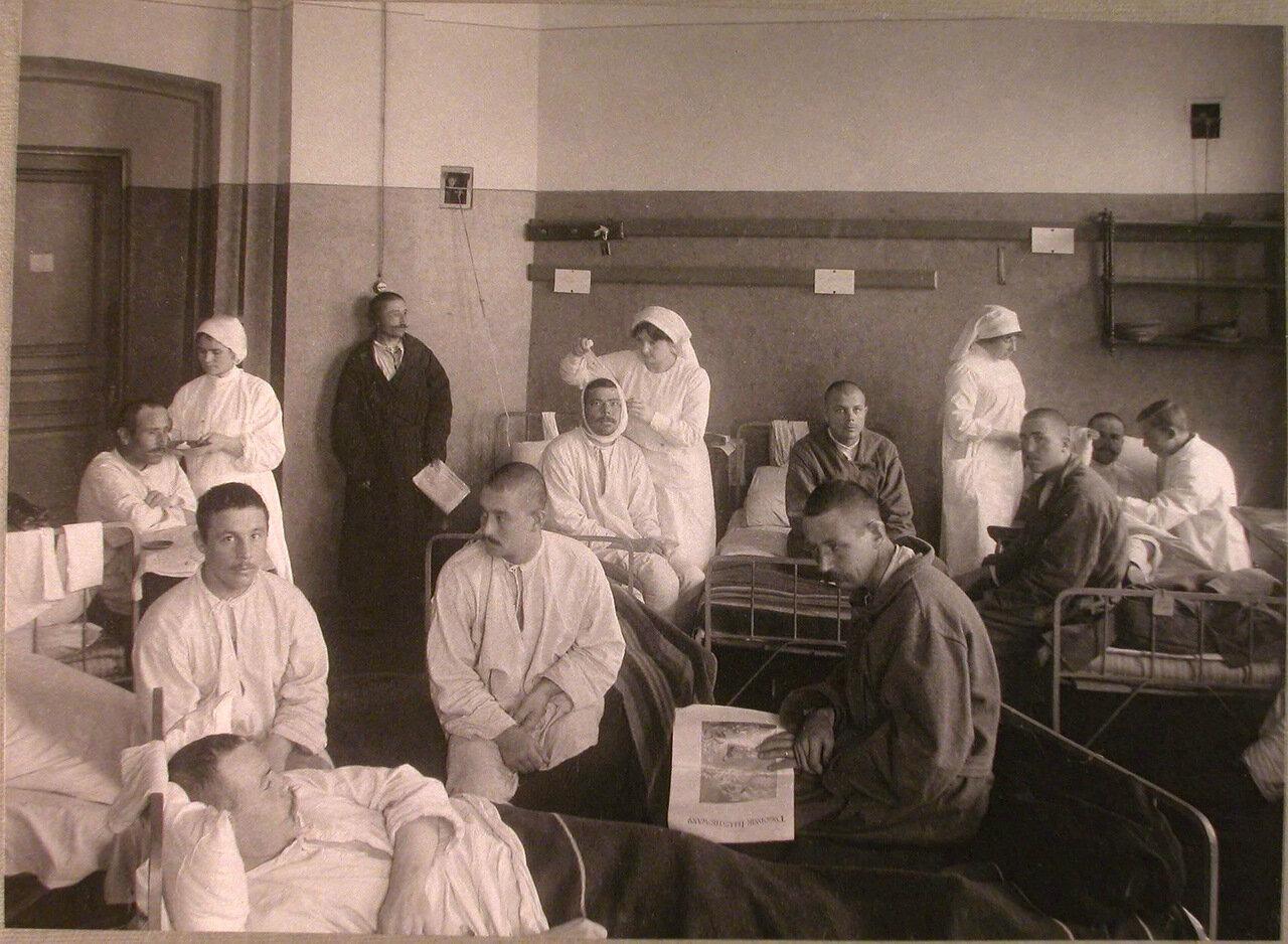 27. Медицинский персонал и раненые в палате лазарета при Императорском Техническом училище