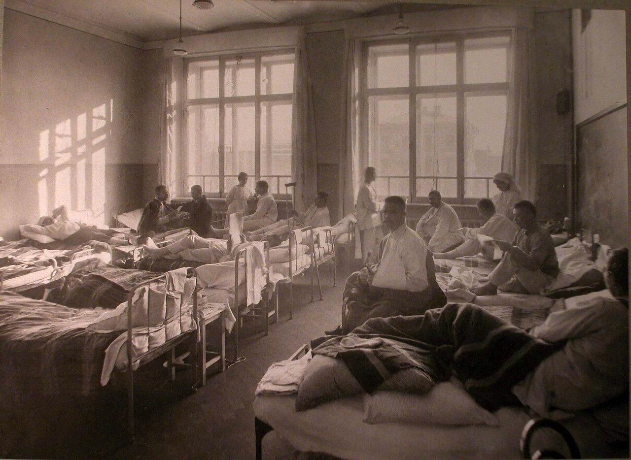 18. Раненые в палате лазарета,устроенного в Пушкинском городском училище