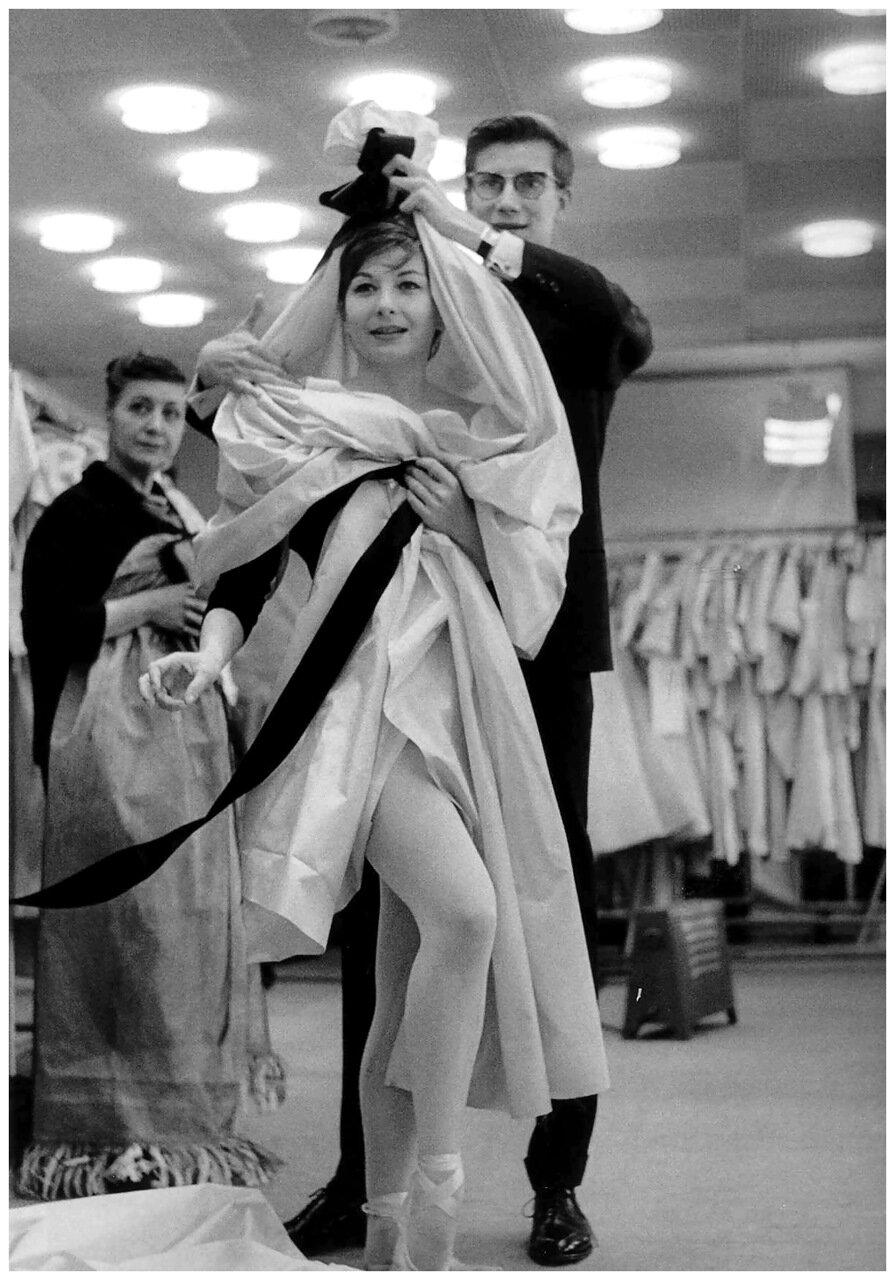 1964. Ив Сен Лоран с моделью