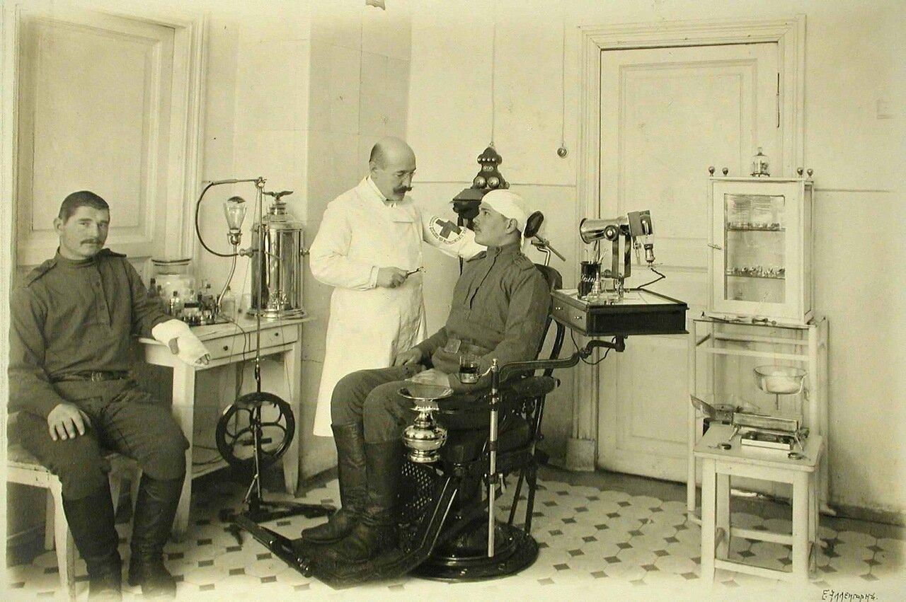 08. Врач и больные в зубоврачебном кабинете, открытом для госпиталей всех организаций города