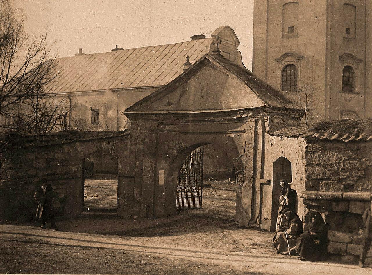43. Ворота Збаражского Бернардинского монастыря.  Галиция, Збараж