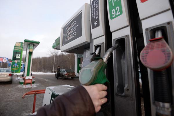 Симферополец сравнил цены на бензин в Крыму и Украине: опубликовано фото с автозаправки