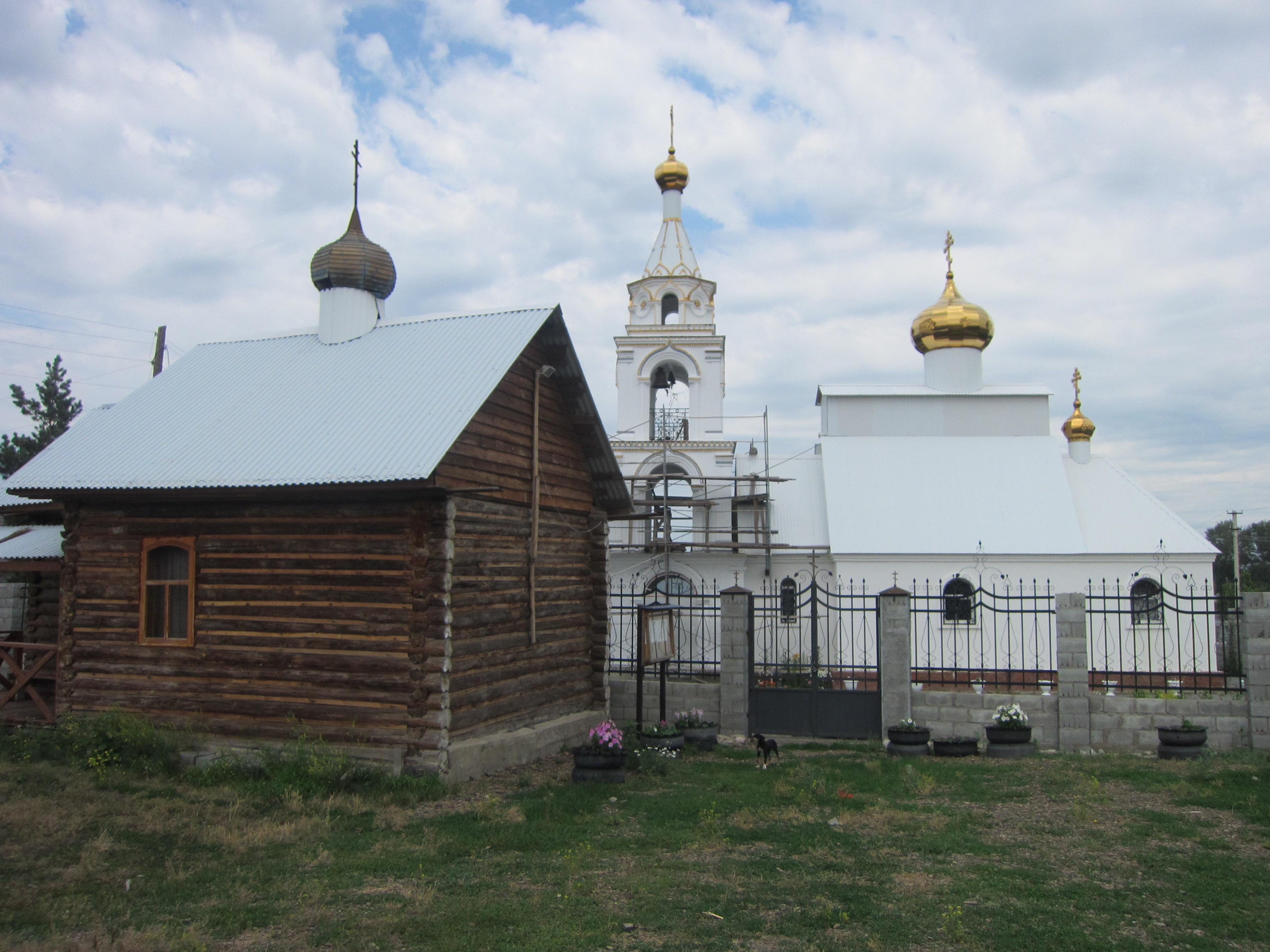 Рядом с храмом деревянная часовня (09.07.2014)