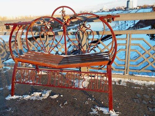 """Скамейка у входа на """"мост влюбленных"""""""