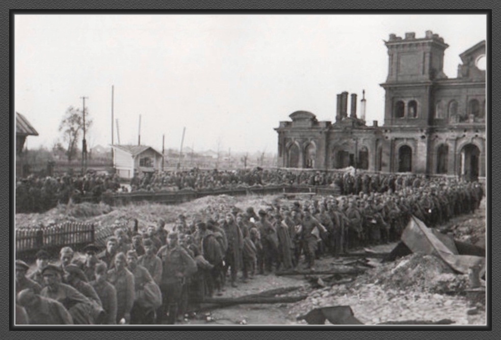 01 Старая Русса железнодорожный вокзал отправка пленных русских солдат за линию фронта. 1941.jpg